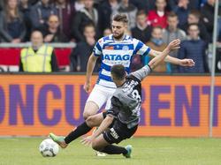 Hawbir Moustafa (#3) komt gevaarlijk invliegen bij Robin Pröpper tijdens het play-offduel om promotie/degradatie De Graafschap - MVV Maastricht (16-05-2016).