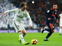 Modric da un pase en el encuentro contra el Valencia. (Foto: Getty)