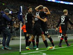 Leverkusens Kevin Kampl (m.) feiert mit seinen Mitspielern den Treffer zum 1:0 im CL-Spiel gegen Tottenham (2.11.2016).