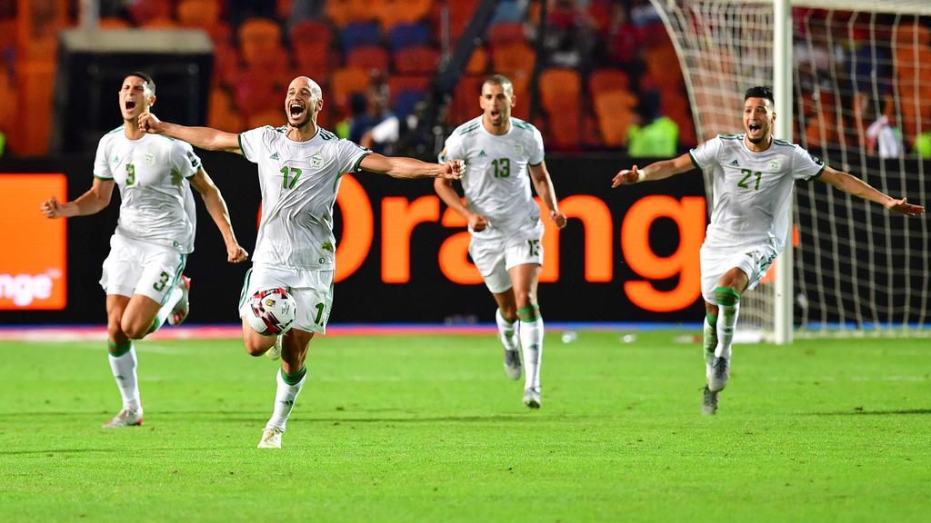 Los jugadores argelinos celebran el título.