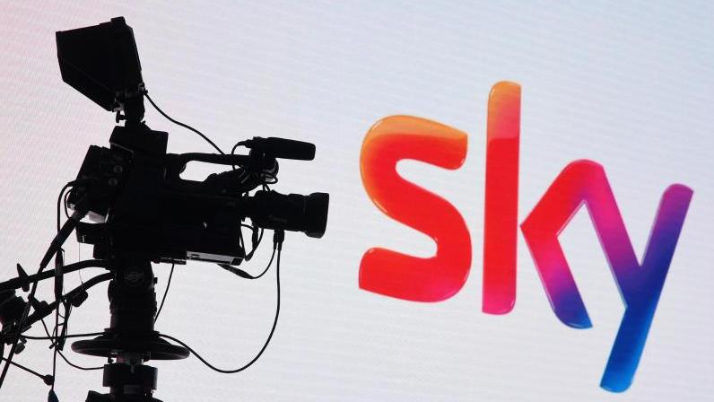 Eine Fernsehkamera und ein Sky-Logo