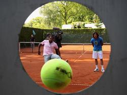 Mit dem Tennisball auf die Torwand