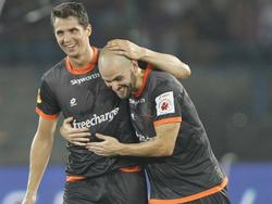 Hans Mulder (r.) knuffelt Pavel Eliáš, nadat de Tsjech zijn eerste doelpunt voor de Delhi Dynamos maakt. (19-10-2014)