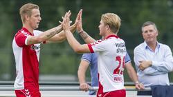 Kevin van Kippersluis (l.) viert doelpunt met Elroy Pappot (r.) tijdens Jong FC Utrecht - Jong Feyenoord. (05-08-2013)