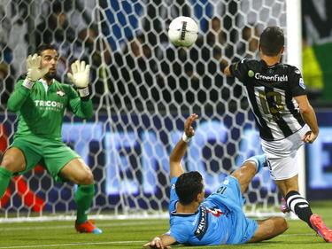 Dragan Paljić (r.) zoekt het doel tijdens de competitiewedstrijd Heracles Almelo - Willem II. Kostas Lamprou (l.) maakt zich klaar voor een redding. (25-10-2014)