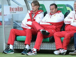 Assistent-trainer Adrie Koster (l.) naast VfB Stuttgart-hoofdtrainer Huub Stevens (r.). (28-02-2015)