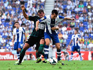 Lanzarote (d.) pugna el cuero con Amaya en un duelo contra el Betis. (Foto: Getty)