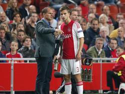 AFC Ajax-trainer Frank de Boer geeft zijn centrale verdediger Joël Veltman instructies. De oefenmeester is niet blij hoe de defensie van Ajax staat en wil het een en ander wijzigen. (17-09-2015)