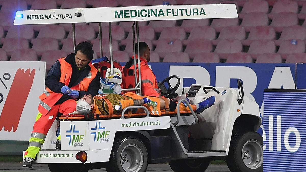 Sanitäter kümmern sich um Napoli-Torwart David Ospina