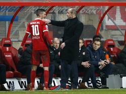 FC Twente-trainer Alfred Schreuder (r.) bedankt zijn sterspeler Hakim Ziyech (l.) na diens wissel. (27-01-2015)