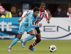 Bilal Başaçıkoğlu (l.) is Denzel Dumfries (r.) te snel af tijdens het competitieduel Sparta Rotterdam - Feyenoord (05-03-2017.