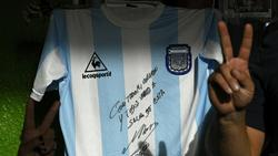 Auf dem Trikot befindet sich eine Widmung von Maradona