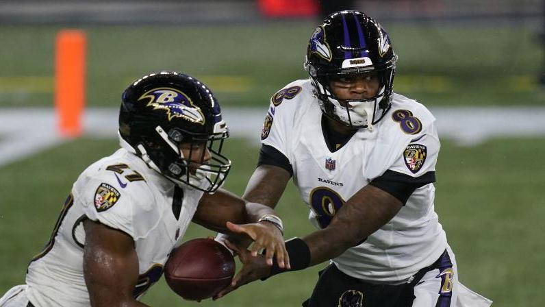 Stand nach überstandener Corona-Infektion wieder erfolgreich für die Baltimore Ravens auf dem Platz:Lamar Jackson (r.)