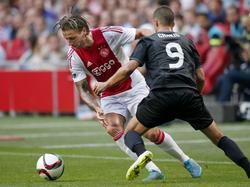 Ajacied Mitchell Dijks (l.) probeert zich te ontdoen van FK Jablonec-speler Nermin Crnkić in de play-offs van de Europa League. (20-08-2015)
