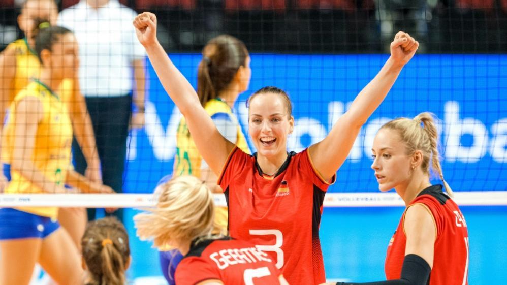 Volleyballerinnen feiern Sieg gegen Brasilien