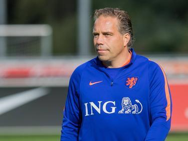 Bondscoach Art Langeler leidt een training van Jong Oranje. (03-10-2016)