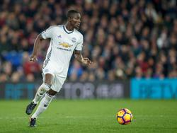 Centrale verdediger Eric Bailly aan de bal voor Manchester United tegen Crystal Palace. (14-12-2016)