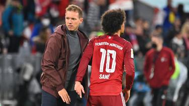 Sieht Leroy Sané beim FC Bayern auf mehreren Positionen: Trainer Julian Nagelsmann (l.)