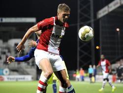Roland Bergkamp van FC Emmen schermt de bal af in het duel met Jong Ajax. (26-09-2014)