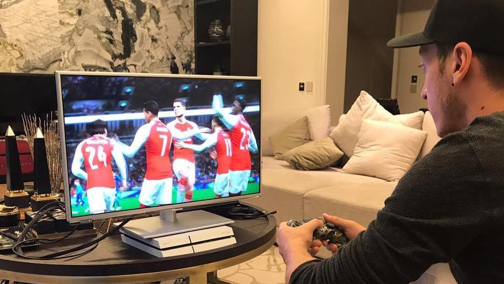 Mesut Özil ist ein begeisterter Playstation-Zocker (Bildquelle: instagram.com/m10_official)