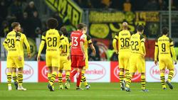 Los jugadores del Dortmund se marchan decepcionados. (Foto: Getty)