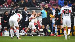 VfB-Profi Ascacíbar (Mitte) ließ sich kaum bändigen
