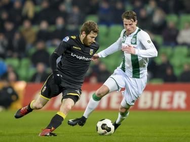 Shiran Yeini (l.) probeert weg te draaien bij Hans Hateboer (r.) tijdens FC Groningen - Vitesse. (21-01-2017)