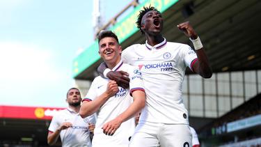 Tammy Abraham (r.) und Mason Mount trafen für den FC Chelsea
