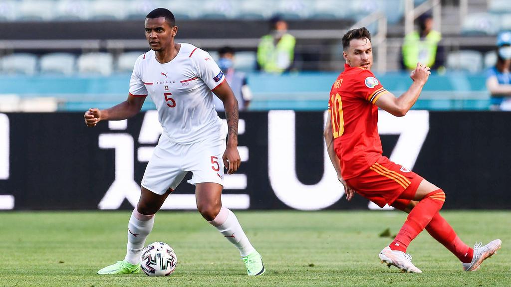 Manuel Akanji (l.) vom BVB spielte 90 Minuten für die Schweiz durch