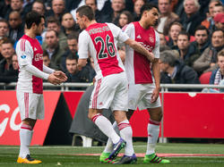 Jaïro Riedewald (r.) trapt in de grond en moet in de eerste helft van de wedstrijd Ajax - Feyenoord al snel worden vervanger. Nick Viergever (m.) neemt zijn plek in. (07-02-2016)