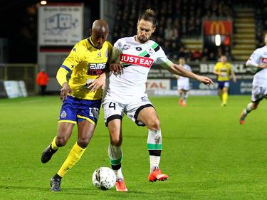 Livio Nabab (l.) en Romain Reynaud (r.) vechten om de bal tijdens het competitieduel Oud-Heverlee Leuven - Waasland-Beveren. (24-10-2015)