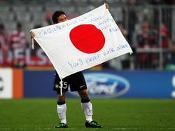 YutoNagatomo zeigt die japanische Flagge