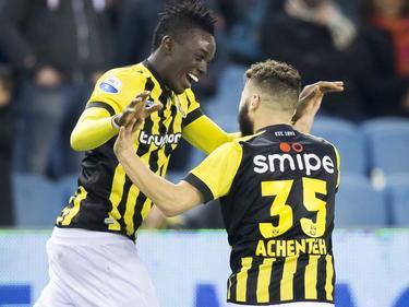 Vitesse speler Bertrand Traoré (l.) heeft zojuist een wonderschoon doelpunt gescoord en de Arnhemmers daarmee op 2-0 gezet tegen Willem II. Rochdi Achenteh (r) komt het feestje meevieren. (14-02-2015)