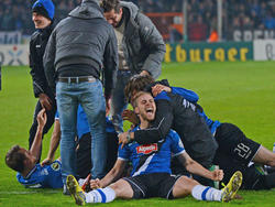 Was für eine Sensation! Nach dem Erfolg über Borussia Mönchengladbach steht als Drittligist Arminia Bielefeld im Halbfinale des DFB-Pokals. Felix Burmeister (vorne) freut es. (08.04.2015)