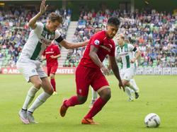 FC Twente-speler Renato Tapia houdt FC Groningen-verdediger Hans Hateboer van zich af. (12-08-2015)