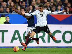 Lassana Diarra lucha con Thomas Müller en un reciente amistoso. (Foto: Getty)