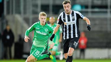 Fürths Sebastian Ernst (l.) und Philipp Förster vom SV Sandhausen kämpfen um den Ball