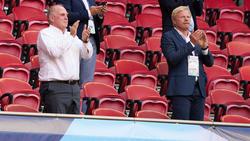 Uli Hoeneß (l.) und Oliver Kahn (r.) sprechen über die Lage beim FC Bayern