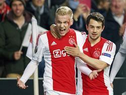 Donny van de Beek (l.) schreeuwt het uit nadat hij zijn eerste goal in de hoofdmacht van Ajax heeft gemaakt. De middenvelder scoort de 1-0 tegen Molde FK, maar loopt daarbij ook een hoofdwond op. Amin Younes viert het feestje mee. (10-12-2015)