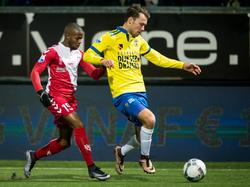 Huurling Ruben Ligeon (l.) moet achter Sander van de Streek aan tijdens SC Cambuur - FC Utrecht. (12-02-2016)