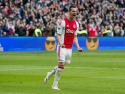 Arkadiusz Milik kan juichen na het scoren van de 2-2 tijdens het competitieduel Ajax - FC Utrecht (17-04-2016).