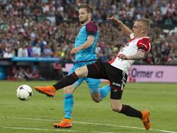 Rick Karsdorp (r.) is net iets eerder bij de bal dan Jan-Arie van der Heijden (l.) tijdens het competitieduel Feyenoord - Vitesse. (11-05-2015)