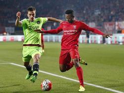 Joël Veltman (l.) doet een uiterste poging om een voorzet van Michael Olaitan te blokken tijdens FC Twente - Ajax. (12-09-2015)