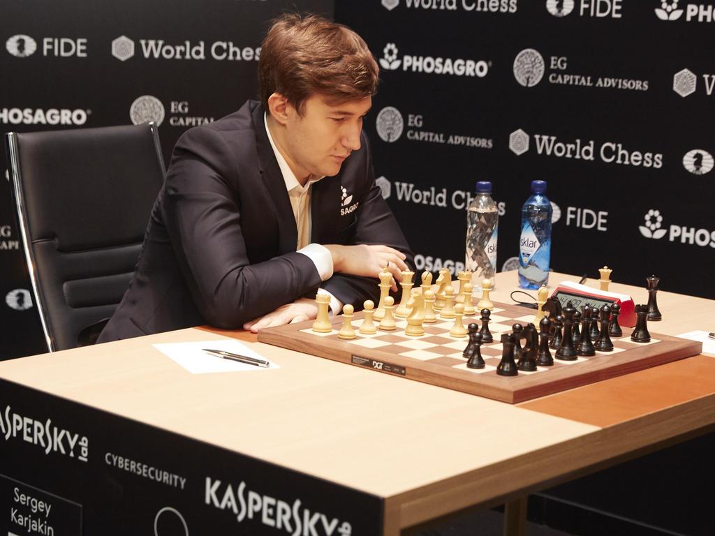 Sergey Karjakin grübelt über seinen nächsten Zug