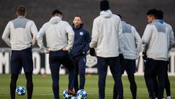 Schalke-Trainer Domenico Tedesco stellt sein Team vor dem Duell in Porto ein