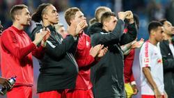 Die Leipziger Spieler lassen sich nach dem Spiel von ihren Fans feiern