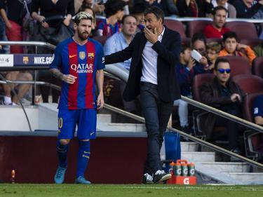 Luis Enrique charla con Messi en su etapa en el Barça. (Foto: Getty)