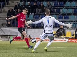 Jordy Thomassen (l.) kan aanleggen tegen FC Den Bosch, maar Kees Heemskerk is niet bang voor het schot. (09-12-2016)