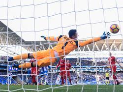 Sergio Rico detiene un balón bajo palos en Cornellà. (Foto: Getty)