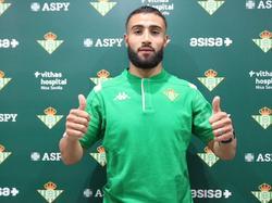 Fekir posa con su nueva camiseta del Real Betis.